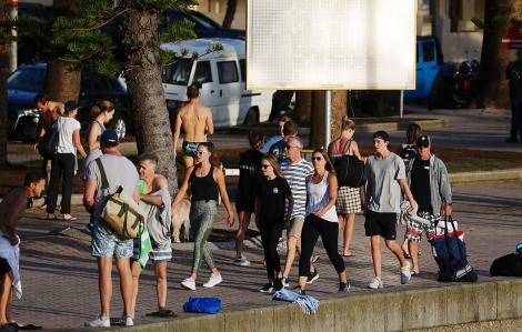 Hàng trăm người vẫn tụ tập vui chơi tại bãi biển Sydney mặc cho lệnh phong tỏa