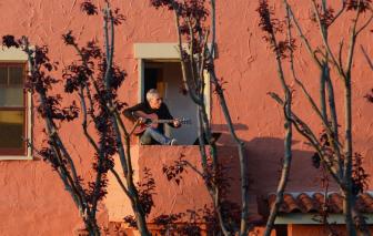 Phong tỏa, cách ly: Nhịp sống từ ban công, cửa sổ, mái nhà