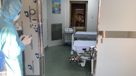 Bệnh viện Dã chiến Củ Chi đưa robot vào khử khuẩn thay nhân viên y tế