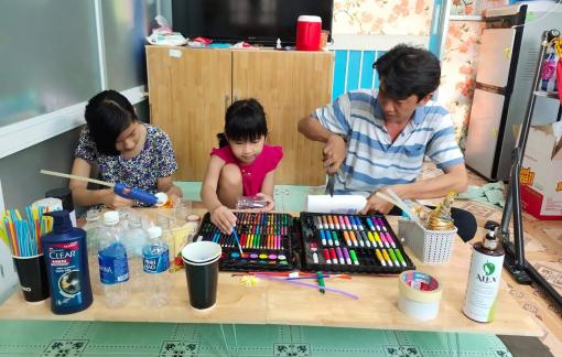 Ở yên trong nhà, cha mẹ con trổ tài tái chế đồ gia dụng