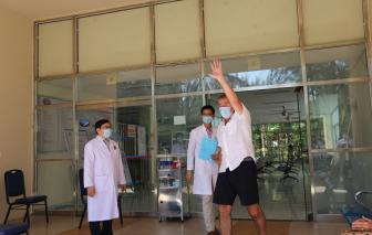 """Bệnh nhân quốc tịch Anh nói """"Cảm ơn"""" bằng tiếng Việt khi được chữa khỏi COVID-19"""
