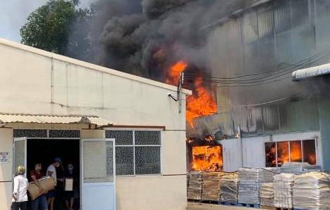 Công ty sản xuất gốm sứ ở Bình Dương bốc cháy dữ dội lúc giữa trưa