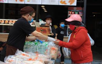 Phát hàng ngàn phần ăn cho người bán vé số dạo