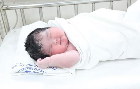 """Hình ảnh đáng yêu của bé gái mới sinh có cân nặng """"khủng"""" 6kg"""