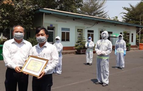 Khen thưởng nóng công nhân xử lý rác tại các khu cách ly