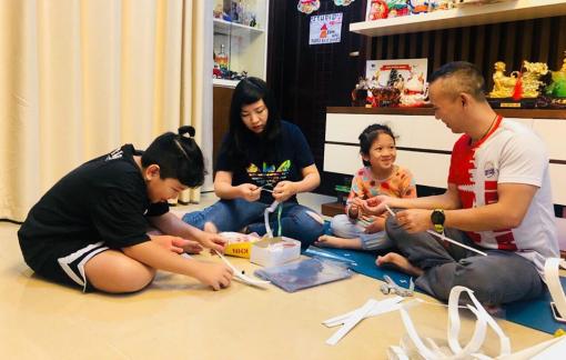Ở nhà cách ly, một gia đình làm 500 mặt nạ chống giọt bắn tặng y bác sĩ