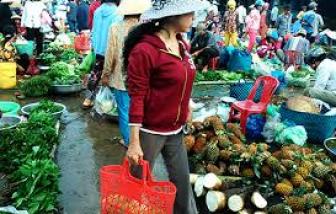 Chị V. đi chợ, sợ bị bêu tên