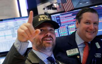 Cổ phiếu đạt mức tăng giá cao nhất trong 3 tuần khi số người chết do COVID-19 chững lại