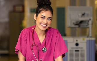 """Hoa hậu Anh """"cất"""" vương miện, trở lại làm bác sĩ chống COVID-19"""