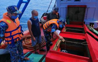 Bắt giữ tàu chở 50.000 lít dầu không rõ nguồn gốc trên vùng biển Tây Nam