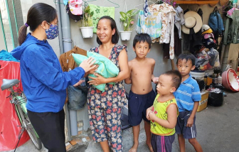 Hàng chục ngàn suất quà đã được trao cho người nghèo, người bán vé số