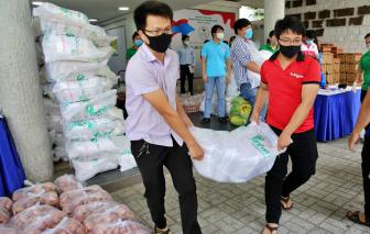 TPHCM tặng nhu yếu phẩm trị giá hơn 1 tỷ đồng cho người nghèo