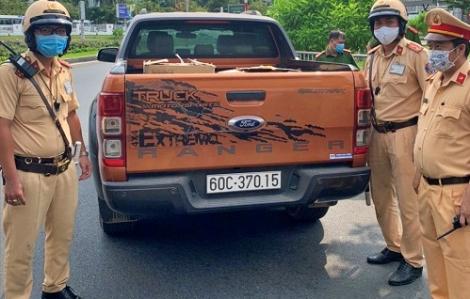 Cảnh sát giao thông TPHCM bắt xe ô tô chở 10.000 khẩu trang không rõ nguồn gốc
