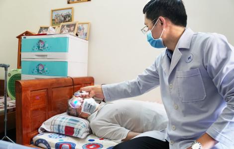 Chống dịch COVID-19, bác sĩ đến nhà khám cho bệnh nhân
