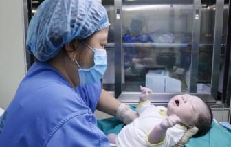 Điều dưỡng Bệnh viện Bạch Mai sinh con trong vòng cách ly, đặt tên bé gái là Hạ Vy