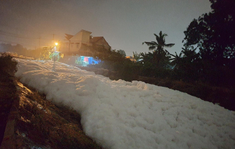 Bọt nổi trắng xóa cao 1m trên con kênh gây kinh hãi cho người dân