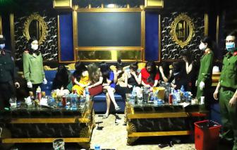 Tạm đình chỉ công tác chủ tịch thị trấn vì để quán karaoke đón khách giữa mùa dịch