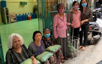 Tặng gạo, khẩu trang cho trẻ em khuyết tật và phụ nữ dân tộc, công nhân vệ sinh