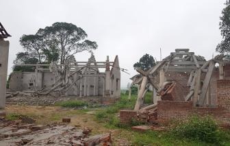 """Vụ chùa """"triệu đô"""" xây xâm lấn di tích quốc gia: Người dân mang máy múc tháo dỡ công trình"""