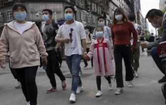 """Vũ Hán ăn mừng """"mở cửa"""", một thành phố khác ở Trung Quốc bắt đầu bị phong tỏa"""