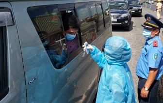 Hai người Trung Quốc sốt cao đi xe bán tải vào TPHCM