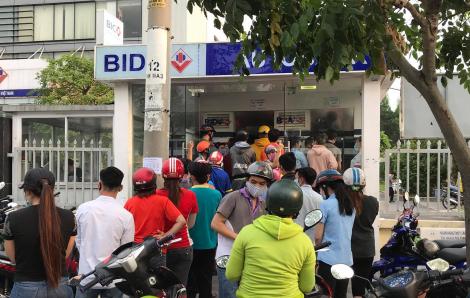 Bất chấp dịch bệnh COVID-19, hàng trăm công nhân xếp hàng chờ rút tiền lương
