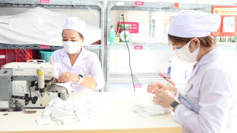 Bệnh viện ở Cần Thơ may 1.000 khẩu trang kháng khuẩn tặng cho người dân Mỹ