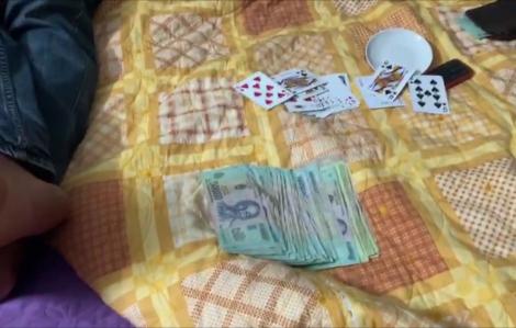 Tạm giữ 4 đối tượng lợi dụng cách ly tại nhà để tổ chức đánh bạc