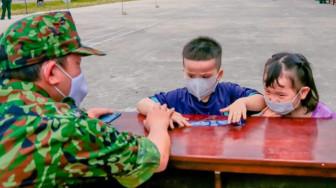 2 đứa trẻ nức nở khi lưu luyến chia tay bộ đội khu cách ly