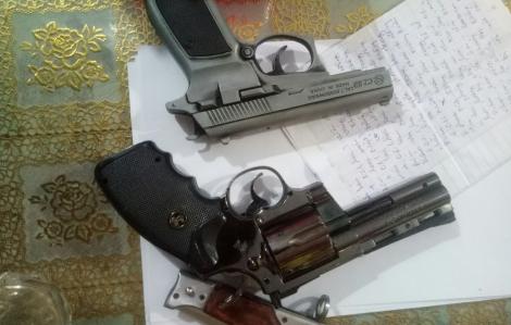Bắt sới bạc, phát hiện hàng loạt súng, dao, mã tấu