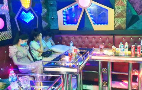 Bất chấp lệnh cấm, quán karaoke vẫn mở cửa đón khách vào hát