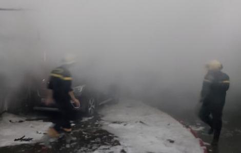 Đà Nẵng: Cháy lớn xưởng đóng ghế ô tô trong đêm mưa