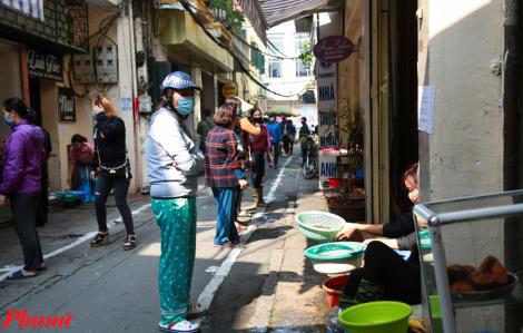 Chợ phố cổ Hà Nội kẻ vạch giãn cách 2m, đứng đúng chỗ mới bán hàng