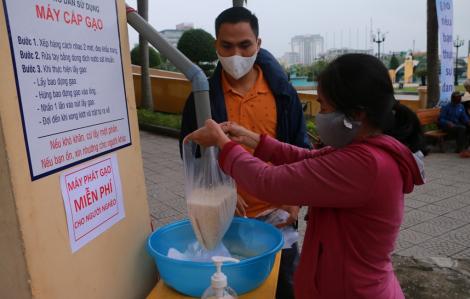Dân nghèo phấn khởi khi 3 cây ATM gạo đầu tiên tại Huế được kích hoạt