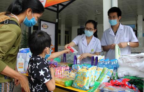 Bác sĩ góp đồ dùng, nhu yếu phẩm mở gian hàng miễn phí hỗ trợ bệnh nhân nghèo