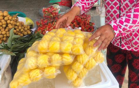 """Thơm mini Thái Lan """"ngọt gắt cổ"""" 120.000 đồng/kg tại Sài Gòn"""