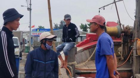 Người dân thờ ơ không đeo khẩu trang khi làm việc ở cảng cá