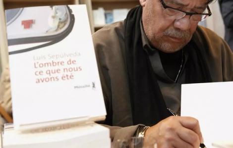 """Nhà văn Luis Sepúlveda - tác giả """"Chuyện con mèo dạy hải âu bay"""" qua đời vì COVID-19"""