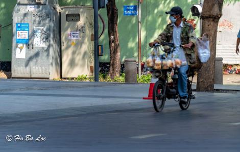 Đủ cảnh mưu sinh trong đại dịch ở Sài Gòn