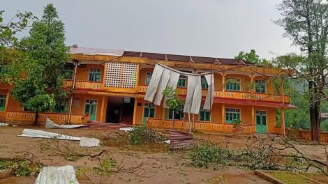 Lốc xoáy làm 17 căn nhà bị sập, tốc mái
