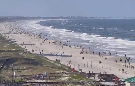 Bãi biển ở Mỹ đông nghẹt người trong ngày đầu mở cửa trở lại