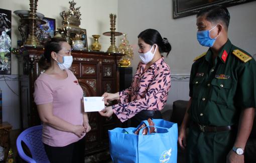Chủ tịch Hội LHPN TP.HCM thăm hỏi thân nhân cán bộ chiến sĩ chống dịch COVID-19