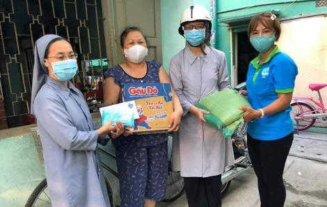 Nữ tu chung vai chia khó khăn với người dân trong mùa dịch bệnh
