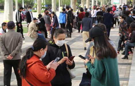 """Dịch bệnh vừa dịu, hơn 500 người Thạch Gia Trang đến công viên """"tìm bạn đời"""""""