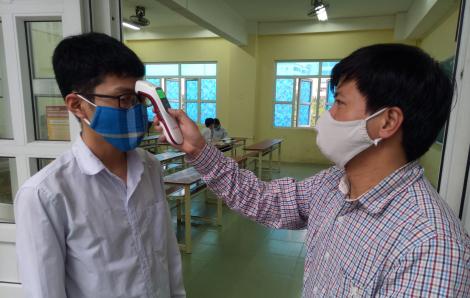 Học sinh THPT Thái Bình hào hứng trong ngày đầu tiên trở lại trường