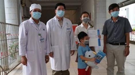 Bé trai 6 tuổi mắc COVID-19 được công bố khỏi bệnh, xuất viện