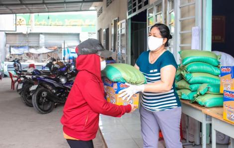 Hơn 1.500 suất ăn và 1.000 phần quà cho người mất việc, khó khăn