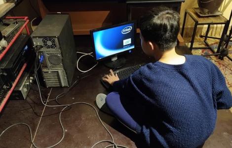 Nghỉ dịch, cha và con bận rộn sửa 4 máy tính cũ tặng bạn nghèo