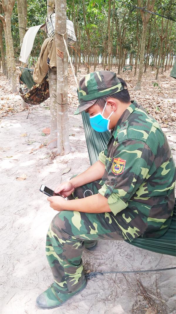 Khi chiếc đèn năng lượng 180w hỗ trợ chốt chặn số 1 - đồn Suối Lam, được dựng lên. Trung úy Trần Văn Bình, về chiếc võng của mình, lấy điện thoại ra để hỏi thăm vợ đang chờ sinh ở bệnh viện