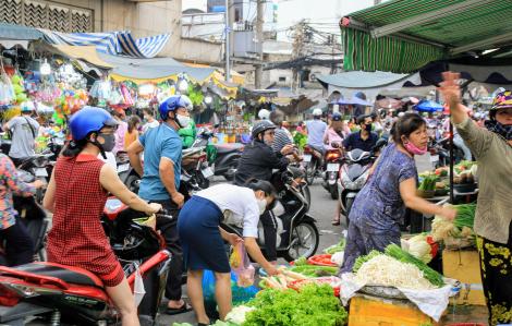 Sau cách ly xã hội, chợ đông nghịt, siêu thị vắng hoe